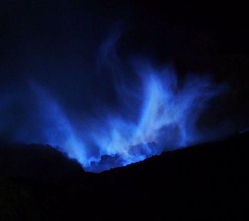 Kawah Gunung Ijen saat malam (sort of)