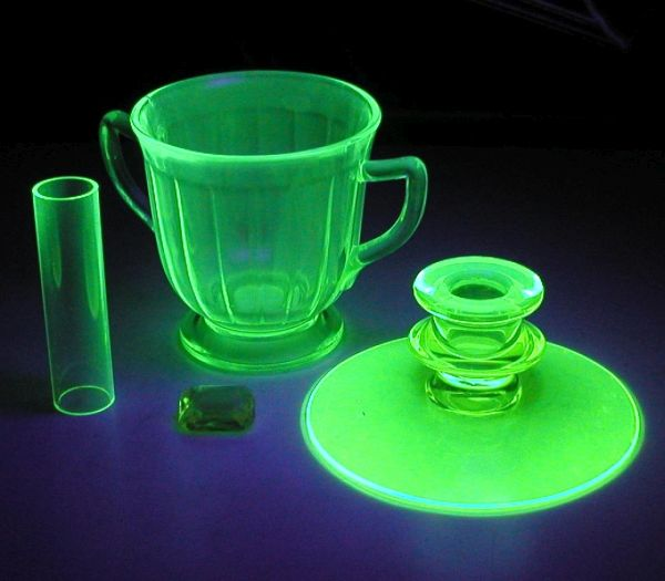 Glow in the dark uranium glass menyala dalam gelap